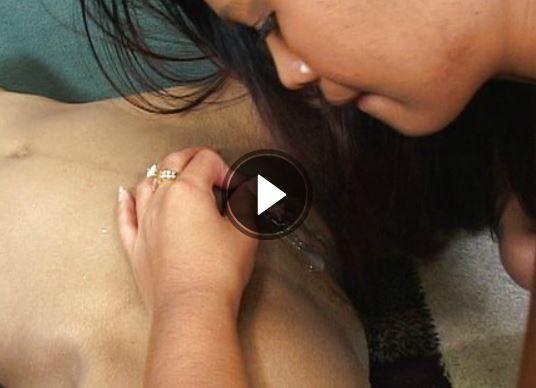 Asiatische Lesben lecken sich die Muschis