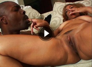 Schwarze Schlampe im gratis Porno